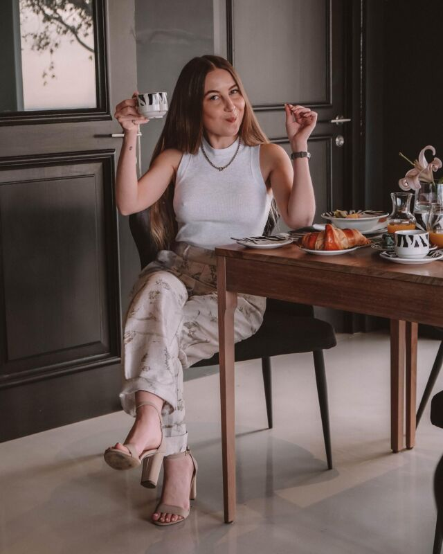 another day in the office… kiddin' ☕️✨but I can't help but feel like I'm channelling my inner Halston aesthetic with @villa_lion_view breakfast buffet in my chinos ~ SWIPE LEFT for the main event!  #staycation #capetown #bodtravels #villalife
